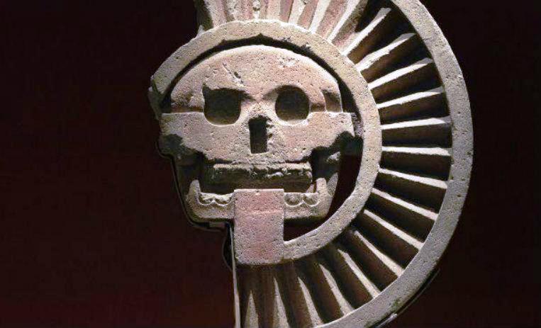 """Con el nombre de Mictlán, es conocido el inframundo de la mitología mexica. También es llamado Chiconauhmictlán y sus bases se enmarcan dentro de una cosmovisión sustentadas dentro de creencia referidas al espacio y al tiempo, donde se organiza un universo fragmentado el cual es definido por unas fuerzas vivas. Se dice que fueron los dioses Xipetótec, Tezcatlipoca, Quetzalcóatl y Huitzilopochtli quienes lo crearon y cuanta con nueve etapas o regiones. Mictlán, el inframundo Mexicano La concepción de la muerte para los aztecas y demás pueblos mesoamericanos, representaba un aspecto primordial. Para rendirle honores, se llevaban a cabo rituales que estaban vinculados con la acción de los dioses del inframundo, que dentro de la cultura mexicana eran Mictlantecuhtli y Mictecacíhuatl, los soberanos del Mictlán """"la tierra de los muertos"""", lugar a donde van todas las almas sin importar su condición, raza o credo. Cuentan que estos dioses principales tuvieron a su vez cuatro hijos varones, los cuales fueron denominado como los """"dioses creadores"""", Xipetótec, Tezcatlipoca, Quetzalcóatl y Huitzilopochtli. Estos dioses heredaron de sus padres el arte de la creación a partir de su sustancia. Luego, los dioses Tezcatlipoca y Quetzalcóatl se encargaron de organizar al universo dividiéndolo en dos, una forma vertical y otra horizontal, trasncurridos 600 años de inactividad. Como otros inframundos de otras mitologías, Mictlán cuenta con una serie de regiones, las cuales debe pasar el alma de los fallecidos hasta llegar a su destino final, siendo 9 las fases o secciones a atravesar. ¿En qué consiste el camino al Mictlán? El inframundo Mictlán, se encontraba en el nivel inferior de la tierra, donde habitaban los muertos, y el camino hacia allá se consideraba peligroso. Contaba con nueve niveles verticales y a la vez descendientes, el cual debían atravesar las almas en situación de igualdad, fuesen pobres o ricos. Dentro de las creencias del mito, se decía que el viaje para atravesar e"""